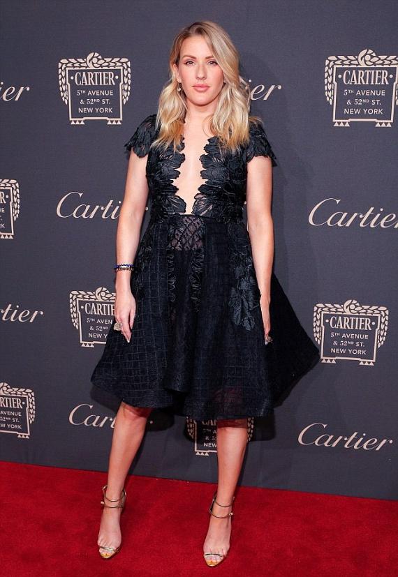 Ellie Goulding a dekoltázsát helyezte előtérbe ebben a fekete, hímzett virágokkal díszített estélyiben - nem is csoda, hogy a férfiak nem bírták levenni a szemüket róla.