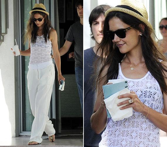 A színésznőt cseppet sem feszélyezte, hogy mindenki az alsóneműjét fotózza, mosolyogva, jó hangulatban sétált el az autójáig.