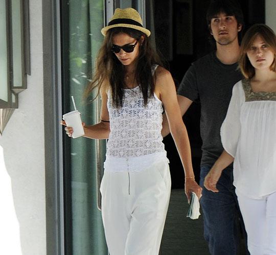Férje, Tom Cruise nem volt vele, mert lekötik a The Rock Of Ages című zenés film készületei. Ezért Katie és Suri most kettesben vakációznak.