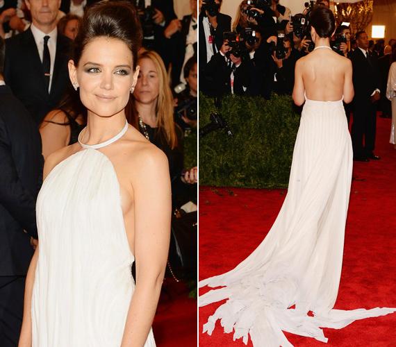 A fehér ruha teljesen szabadon hagyta a 34 éves színésznő vállát és hátát.