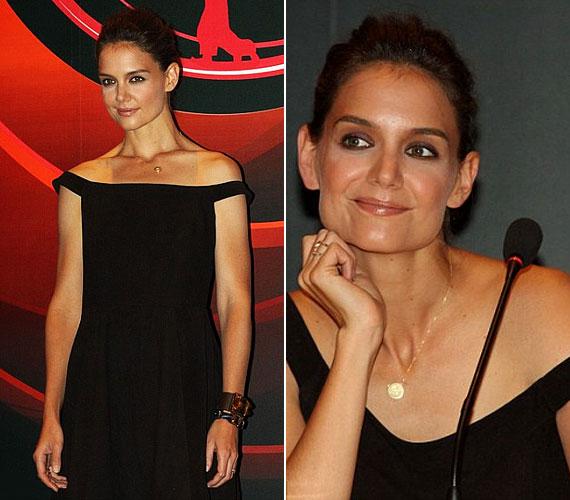 A 33 éves Katie Holmes a fekete ruhát szolid aranylánccal egészítette ki, amelynek medálján, lányára, Surira utalva, egy S betű olvasható.