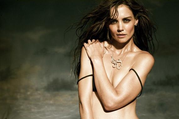 A különleges nyaklánc jól érvényesül a színésznő szinte csupasz dekoltázsán.