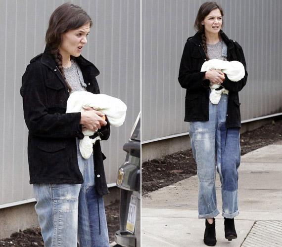 Katie Holmes nem öltözött ki a közös programhoz - bő kertésznadrágot vette fel magassarkúval, ki tudja miért.