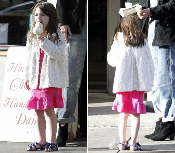 A makacs természetéről híres kislány egy hatalmas adag fagyit kapott, mely aztán hamar a földön landolt.