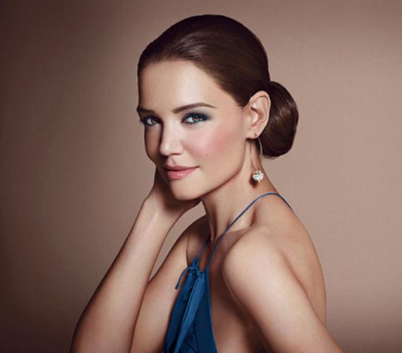 Katie Holmes 2012 óta a Bobbi Brown arca. A márka kitalálója és névadója azt mondta, a színésznő testesíti meg a modern nőt, klasszikus természetes szépség, aki nemcsak nő, hanem anya is.