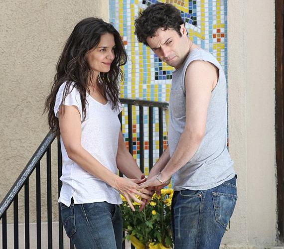 A két sztár könnyedén éli bele magát a szerelmes szerepbe, igazán jól mutatnak együtt.