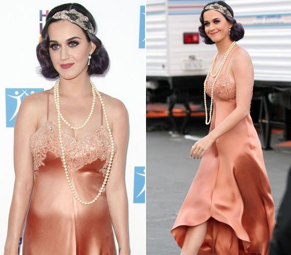 A bronz-barack selyemruha a Charleston stílust idézte fel, ugyanakkor azt a hatást keltette, mintha az énekesnő öltözködés közben megállt volna az alsószoknyánál.