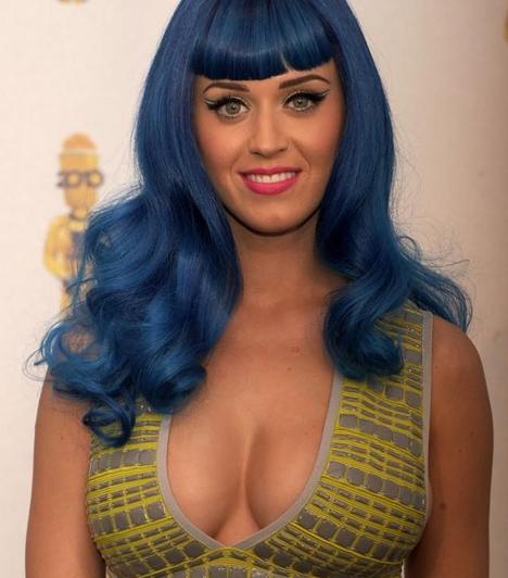 MTV Movie Awards  Az MTV Movie Awards egyik legarcpirítóbb villantása is Katy Perryhez kötődik, aki egyébként fellépőként jelent meg a díjátadón. A California Gurls című dal előadása azonban eltörpült a magamutogató díva emlékezetes ruhája mellett, melyből hajszál híján kibuggyantak méretes keblei.  Kapcsolódó cikk: Fotó! Átlátszóban jelent meg az MTV-díjátadón Katy Perry »