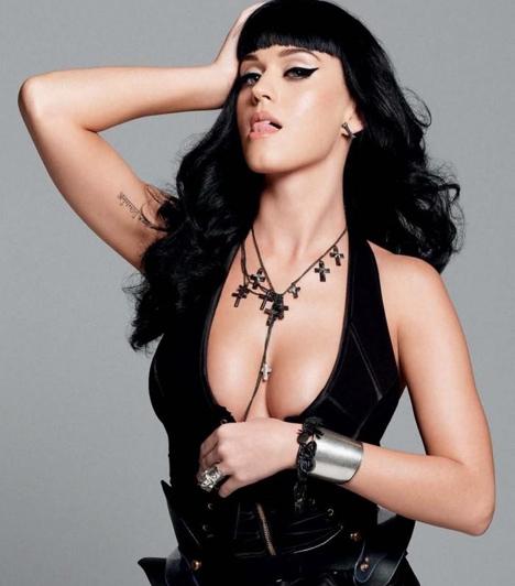 Esquire  Katy tavaly nyáron az Esquire magazin topless fotóival hívta fel magára a figyelmet. Tény, hogy a falatnyi forrónadrágok, a dominaszerelésszerű fekete bőrruhák, a szexis fűzők és a köldökig dekoltált mellények valóban nem sokat takartak az énekesnő bájaiból.  Kapcsolódó cikk: Félmeztelenül mutatta meg magát Katy Perry »