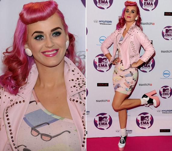Katy Perry mintás, babarószaszín miniben érkezett - ő nyerte el a legjobb koncertelőadónak járó díjat.