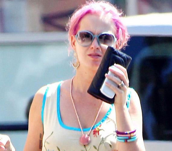 Bár próbálta takargatni az arcát, a paparazzók egyből kiszúrták pink haja miatt.