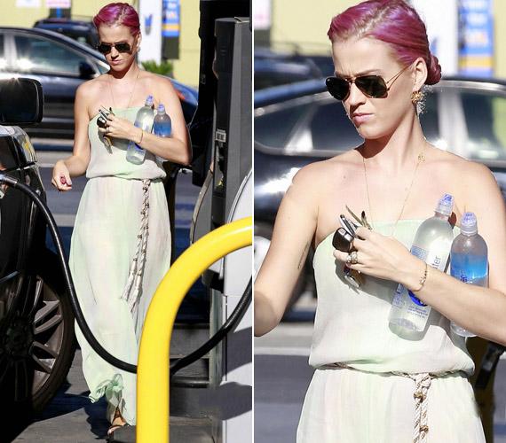 Íme, azon ritka alkalmak egyike, amikor Katy Perry hosszú, szolid ruhát visel.