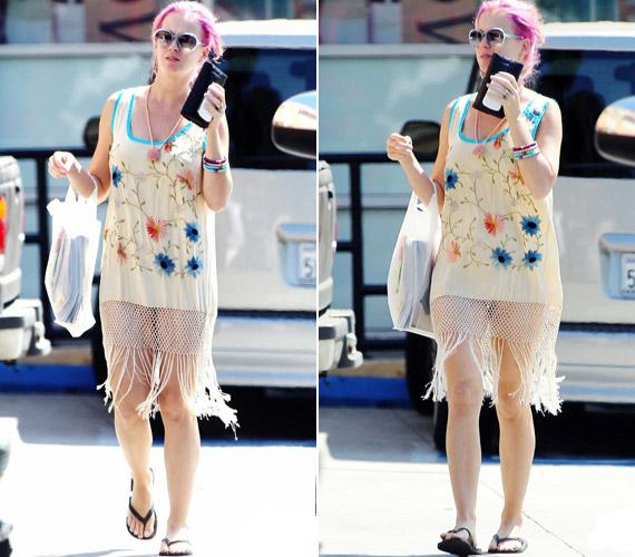 Katy Perry ízléstelen, hálóingre hajazó ruhában lépett az utcára, melyhez strandpapucsot viselt.
