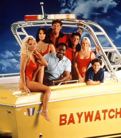 Baywatch (1989-2001)  Bár a Baywatch lényegében krimisorozat volt, nem a rejtélyesnek nehezen mondható bűnügyek miatt bámulták az emberek. Sokkal inkább a kidolgozott testű félistenek és himbálózó mellű bombázók szögezték a képernyő elé a nézőket, akik a partiőrség tagjaiként igyekeztek minél kevesebb ruhadarabban mutatkozni a képernyőn.