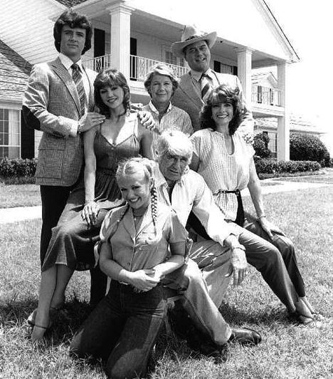 Dallas (1978-1991)  A Dallas hazánk első végtelennek tűnő sorozata volt, ahol a részek egymással szorosan összefüggtek. Nem véletlenül ült a tévé előtt szinte az egész ország, amikor az epizódokat sugározták. Jockey, Samantha, Bobby, Pamela és a többi szereplő pedig azóta is nagy érdeklődésnek örvendenek.