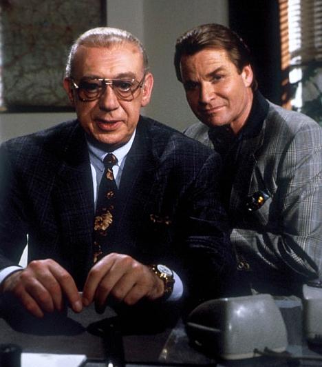 Derrick (1974-1998)  15 évadot ért meg a táskás szemű nyomozó és örök társa, Harry. Magyarországon leginkább a rendszerváltás előtt voltak rendszeres vendégek a tévében. A 2008-ban elhunyt Horst Tappert és Fritz Wepper Münchenben oldották meg a mai szemmel ódivatú bűntényeket.