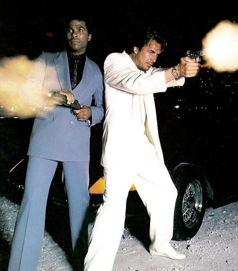 Miami Vice (1984-1989)  A napfényes Miamiban is rengeteg bűnügy történik. Felderítésükre pedig két sármos és jól öltözött nyomozót kaptak a nézők a nyolcvanas évek végén. Don Johnson és Philip Michael Thomas, azaz Crockett és Tubbs pedig nem csak nyomoztak, de divatot is teremtettek színes öltönyeikkel és az alattuk viselt pólókkal.