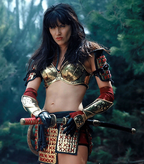 Xena (1995-2001)  A harcos hercegnő, Xena, és hűséges segítője, Gabrielle misztikus kalandjait mutatta be a sorozat. Szereplői egytől egyik izmos pasik és csinos csajok voltak, falatnyi topokban és szexis bőrszerkóban. Ráadásul Xena és Gabrielle között néha olyannyira vibrált a levegő, hogy a nézők pironkodva fordították el a fejüket.