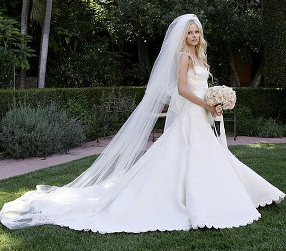 Avril Lavigne nem a tőle megszokott stílusban ment férjhez. Megadta a módját, és egy igazi hercegnős, klasszikus menyasszonyi ruhát választott.