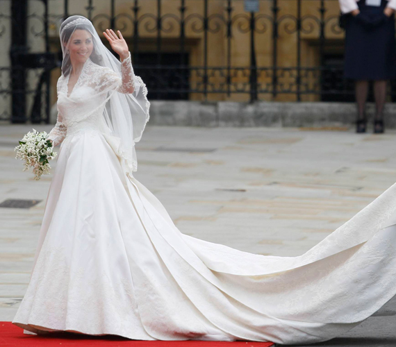 Katalin hercegné gyönyörű volt a királyi esküvőn. Egy világ csodálta viseletét, mely egyszerre volt konzervatív és szexi.