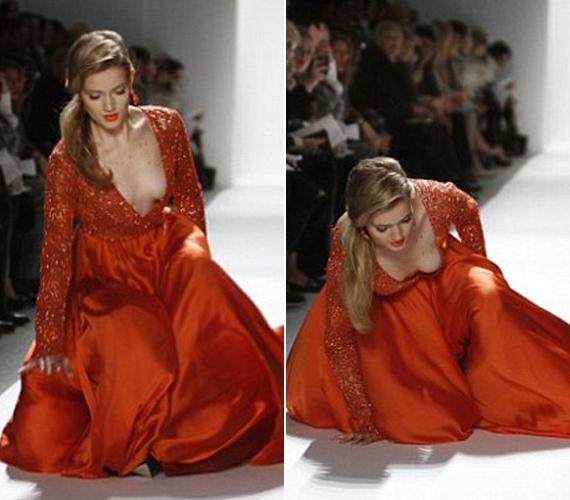 A kifutón nincs könnyű dolguk a modelleknek, hiszen gyakran hatalmas sarkakon, földig érő ruhákban kell vonulniuk. Ennek a modellnek nem volt szerencséje, esés közben még mély dekoltázsát is megmutatta.