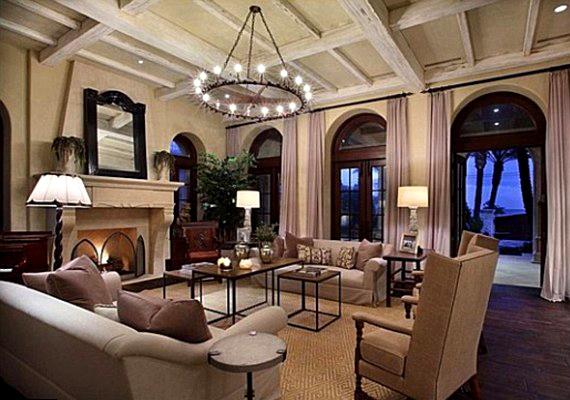 A klasszikus nappali a spanyol stílusú hatalmas ablakokkal szintén az óceánra néz.