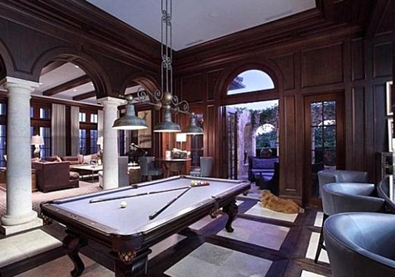 A házban nyolc hálószoba, kilenc fürdőszoba, több nappali és egy billiárdterem is van.