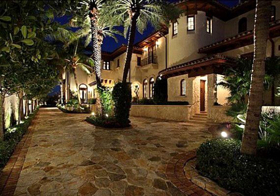 A házat pálamfák övezik és a hatalmas birtokon nyugodtan lehet sétálni és sportolni is.