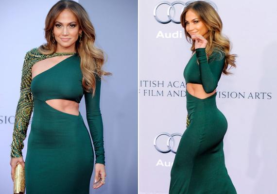 A szűk és merész ruha kifejezésről rögtön Jennifer Lopez jut eszünkbe. Nem véletlenül - a dögös énekesnő ha teheti, sokat mutat magából.