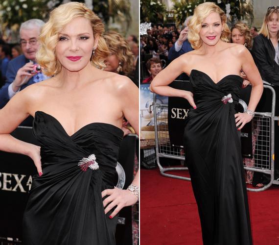 A világsikerű sorozatból két filmet is forgattak, a második rész londoni premierjén ebben a dögös, fekete estélyiben vonult végig a vörös szőnyegen.