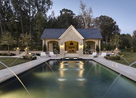 A medencéhez kis házikó is tartozik, melyben szintén elmaradhatatlan tartozék a kandalló.