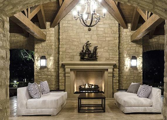 A puha kanapék és a kandalló melegséget árasztanak, és kellemessé teszik környezetet egy kis esti beszélgetéshez.