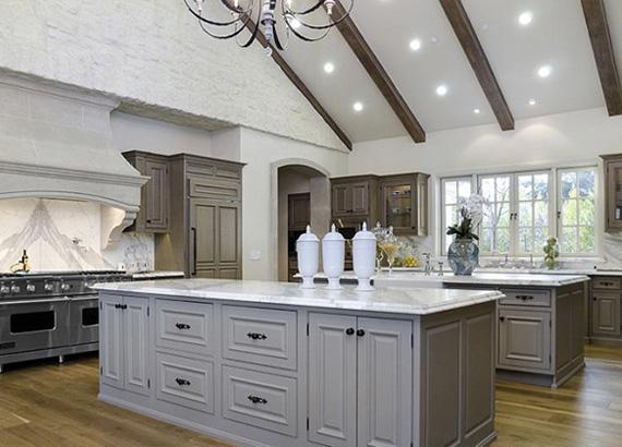 A konyha fehér berendezései letisztultságot sugallnak, de minden igényt kielégítenek.
