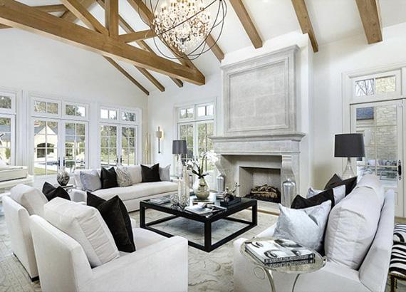 A házban a fehér uralkodik, melynek egyhangúságát gyönyörűen feloldják a sötét kiegészítők és a díszítőelemként a térben érvényesülni tudó gerendázat.