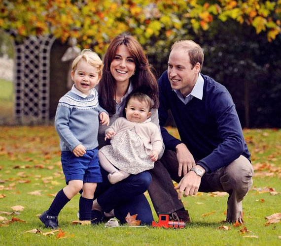 Katalin hercegnét és Vilmos herceget így fotózták le tavaly tündéri gyermekeikkel, Charlotte hercegnővel és György herceggel a karácsonyi képeslapjukhoz. Erzsébet királynő egyébként már a nyár folyamán elkezdi aláírni az ünnepi üdvözlőlapokat, amelyekből minden évben nyolcszázat küldenek ki a nevében.