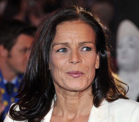 Stefánia monacói hercegnő is rendszeresen szolgáltatta a botrányokat. Először teherbe esett a saját testőrétől, akihez később hozzá is ment, de elváltak. 1998-ban életet adott harmadik gyermekének, egy kislánynak, akit Camille-nak nevezett el, ám az apa nevét nem tüntette fel a születési bizonyítványon. 2003-ban férjhez mentAdans Lopez Perezhez, aki egy cirkuszban dolgozott, így a hercegnő három gyermekével az ő cirkuszi lakókocsijába költözött.