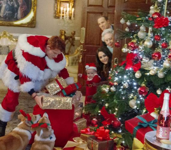 A képen Harry vállalta magára az ajándékosztó szerepét.