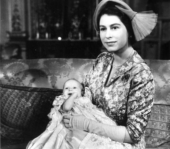 Anna hercegnőnek, II. Erzsébet királynő egyetlen lányának szintén a Buckingham-palotában volt a keresztelője 1950. október 21-én. A kétéves Károly herceg a fotózás ideje alatt végig azt próbálta elérni, hogy nagymamája, az anyakirálynő szórakoztassa.