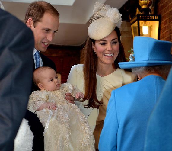 Katalin hercegnő és Vilmos herceg elsőszülöttjét, György herceget 2013. október 23-án kereszteltek meg a St. James-palota királyi kápolnájában - ott, ahol tragikus halála után Diana hercegnőt felravatalozták.