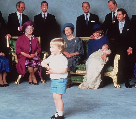 Az ominózus fotó Harry herceg keresztelőjéről. Vilmos herceg folyamatosan szerepelt, hol a kamerának pózolt, hol édesanyját nyaggatta. A család imádta, ahogy produkálta magát.