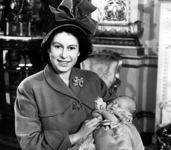 Károly herceg keresztelőjére a Buckingham-palotában került sor 1948. december 15-én. II. Erzsébet királynőt talán még soha nem láttuk olyan boldognak, mint ezen a fotón, amelyen a csecsemő Károly herceggel látható a ceremónia után.