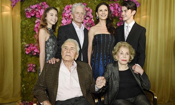 Az elmaradhatatlan családi fotó: Kirk Douglast és feleségét, Anne-t körbeállja legidősebb fia, Michael Douglas, neje, Catherine Zeta-Jones és gyermekeik: Carys és Dylan.