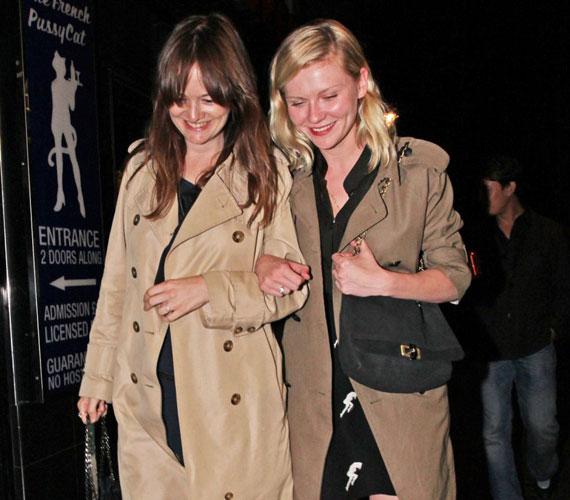 Csajos buli: Kirsten Dunst egy barátnőjével feltűnően jó hangulatban hagyta el a londoni szórakozóhely épületét.