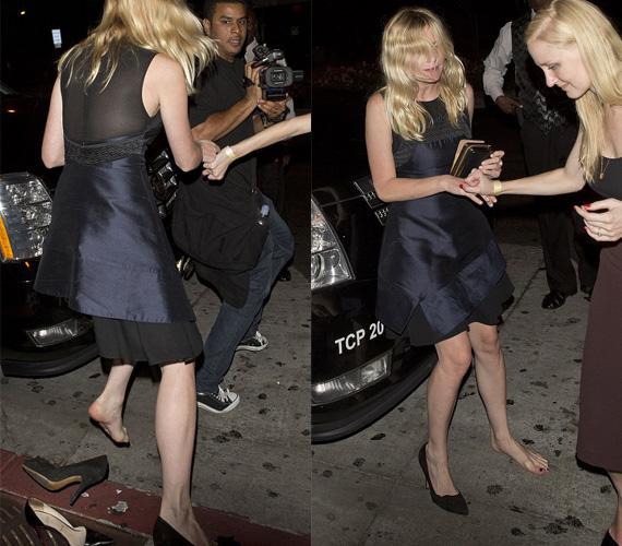 A részeg sztárt az sem zavarta, hogy barátnője fél pár cipőjében billeg.
