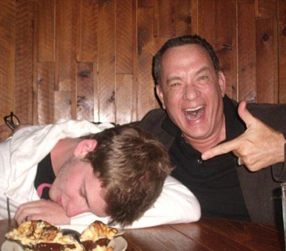 Itt nem Tom Hanks volt, aki többet ivott a kelleténél, hanem egyik rajongója lepte meg így a sztárt.