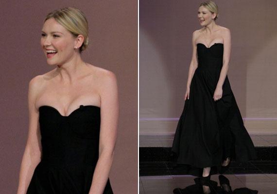 Maga a ruha egy gyönyörű, bokáig érő, fekete estélyi volt, de a mellrésze pár számmal kisebb volt a kelleténél.
