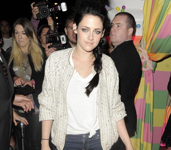 A filmben olyan sztárokkal szerepel együtt, mint Chris Hemsworth, Lily Cole, Ian McShane és az Oscar-díjas Charlize Theron.