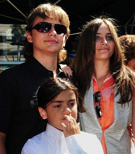 Prince, Paris és Blanket Jackson  Michael Jackson három gyermeket nevelt odaadó apukaként 2009. június 25-én tragikusan fiatalon bekövetkezett haláláig. Prince Michael, Paris és Blanket mindent megtesznek azért, hogy legendás édesapjuk emlékét életben tartsák.  Kapcsolódó cikk: Már 13 éves! Michael Jackson kislányából gyönyörű tinédzser lett »