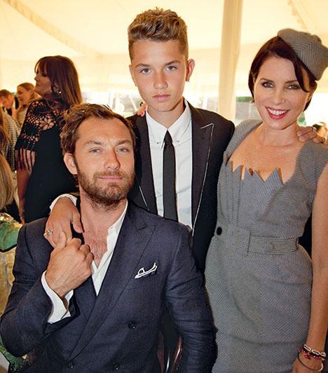 Rafferty Law  Jude Law és Sadie Frost házasságából három gyermek született, akik közül a legidősebb, Rafferty 1996. október 6-án látta meg a napvilágot. Testvérei: Iris és Rudy, akik 2000-ben és 2002-ben jöttek a világra.  Kapcsolódó cikk: Ezt látnod kell! Jude Law kamasz fia már most jóképűbb sztárapukájánál »