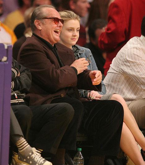 Lorraine Nicholson  Jack Nicholsonnak és Rebbeca Broussard-nak két közös gyermeke született: Lorraine 1990-ben, Raymond pedig 1992-ben látta meg a napvilágot. Lorraine Nicholson édesapjához hasonlóan a színészetet választotta, láthattuk többek között a Neveletlen hercegnő második részében és a Távkapcs című komédiában.  Kapcsolódó cikk: Nem az apjára ütött! Jack Nicholson felnőtt lánya igazi szőke szépség »